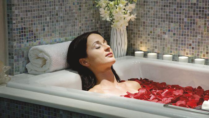 Как приготовить ароматическую ванную для любимой