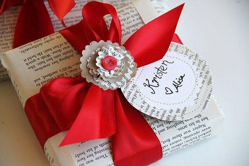 Красиво упаковать коробку с подарком газетой