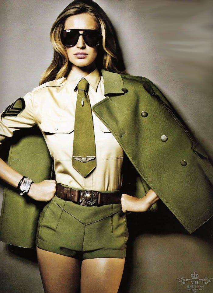 Фотосессия девушек в военной форме и цветах 5 фотография