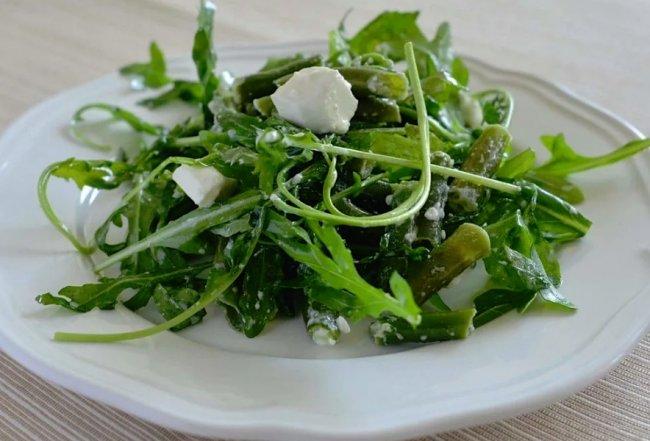 Зелёный салат из маргеланской редьки с рукколой