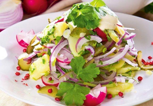 Салат с фризе и редисом